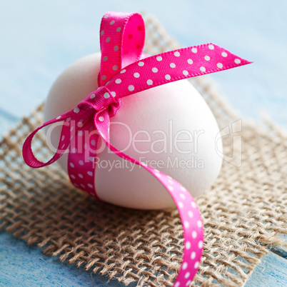 weißes Osterei mit Schleife / white easter egg with ribbon